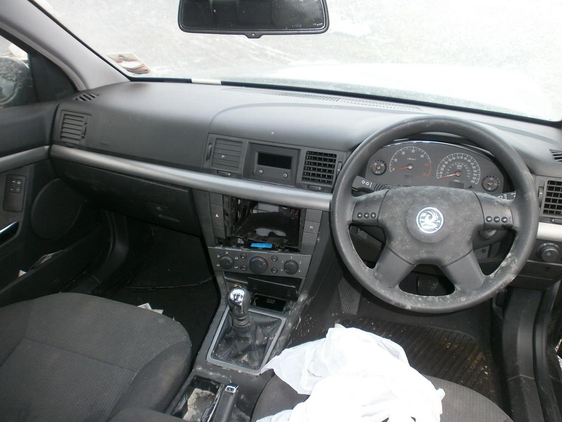Naudotos automobiliu dallys Foto 4 Opel VECTRA 2003 2.0 Mechaninė Hačbekas 4/5 d. Juoda 2013-12-13 A1260